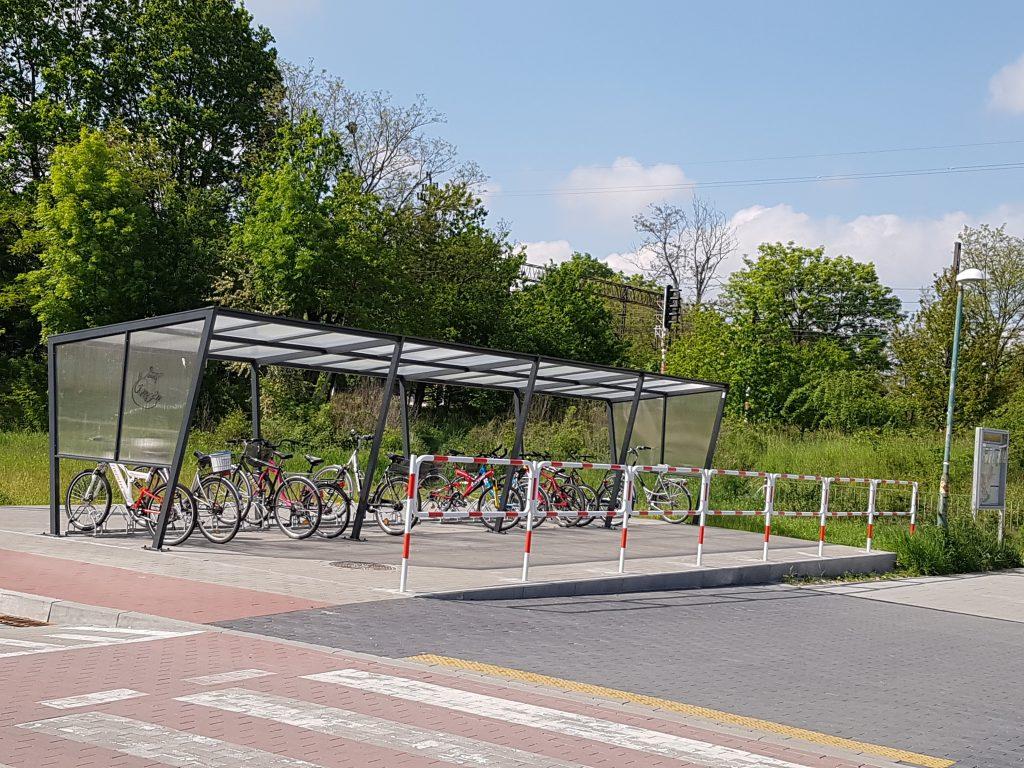 zdjęcie przedstawia wiatę rowerową systemu Bike&Ride