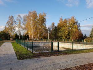 zdjęcie przedstawia sztuczny zbiornik wodny w Chwałkowicach