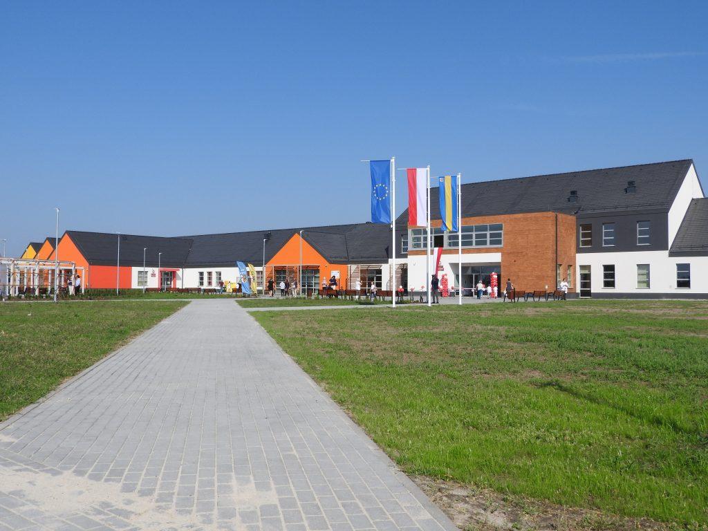 na zdjeciu znajduje sie budynek szkolno-przedszkolny w Dobrzykowicach