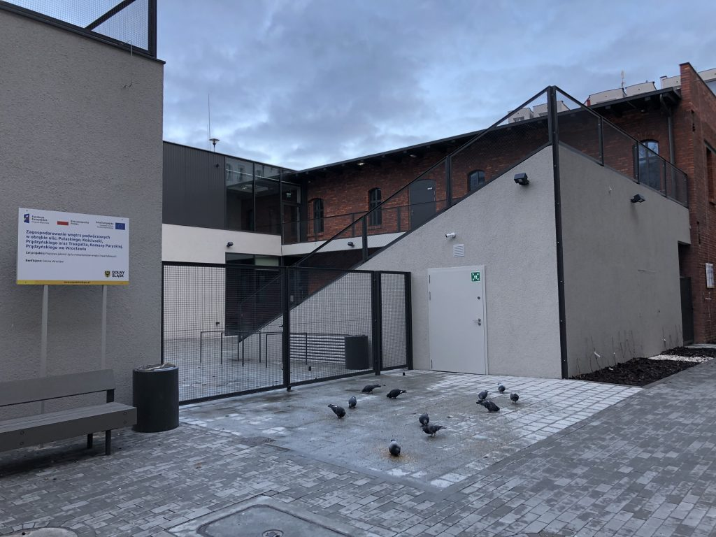 zdjecie przedstawia zagospodarowanie terenu oficyny przy ul. Prądzyńskiego remontowi poddane zostały plenerowe schody, które będą pełnić funkcję widowni i tarasu.