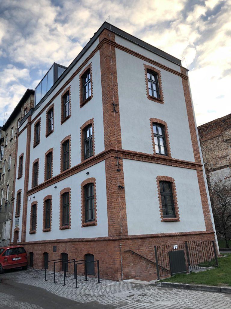 zdjęcie przedstawia budynek oficyny po remoncie  na podwórku przy ulicy Traugutta 81