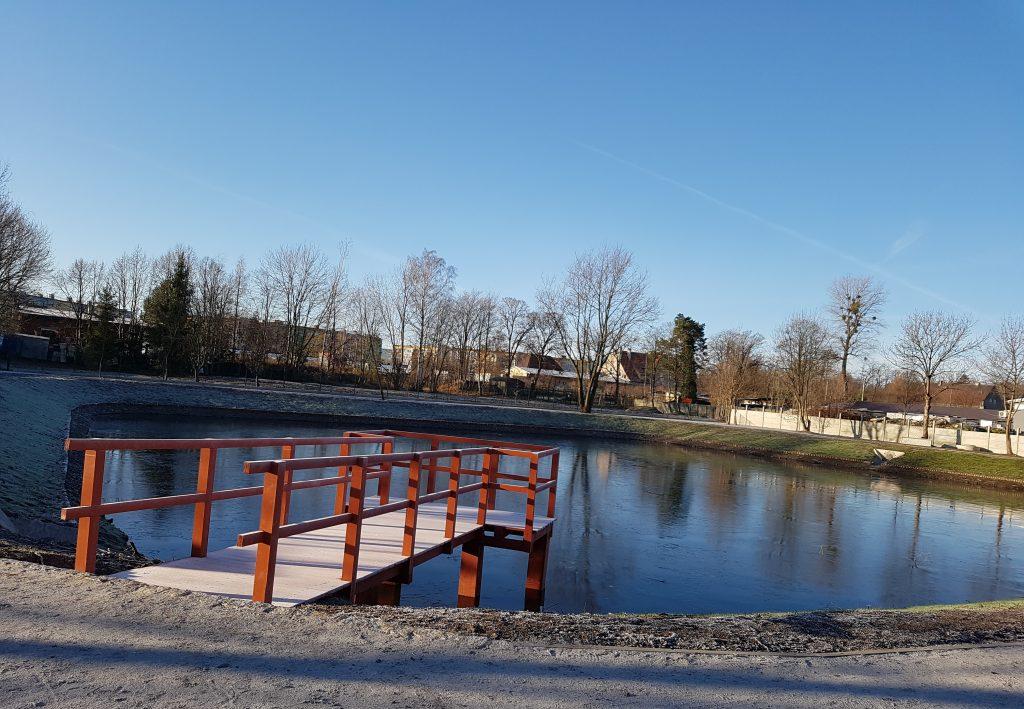 zdjęcie przedstawia zbiornik wodny wraz z pomostem w Jelczu-Laskowicach