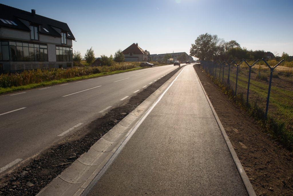 zdjęcie przedstawia drogę oraz nową asfaltową ścieżkę rowerową w gminie Kąty Wrocławskie