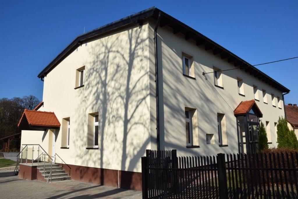 Zdjęcie przedstawia budynek świetlicy w Malinie po termomodernizacji
