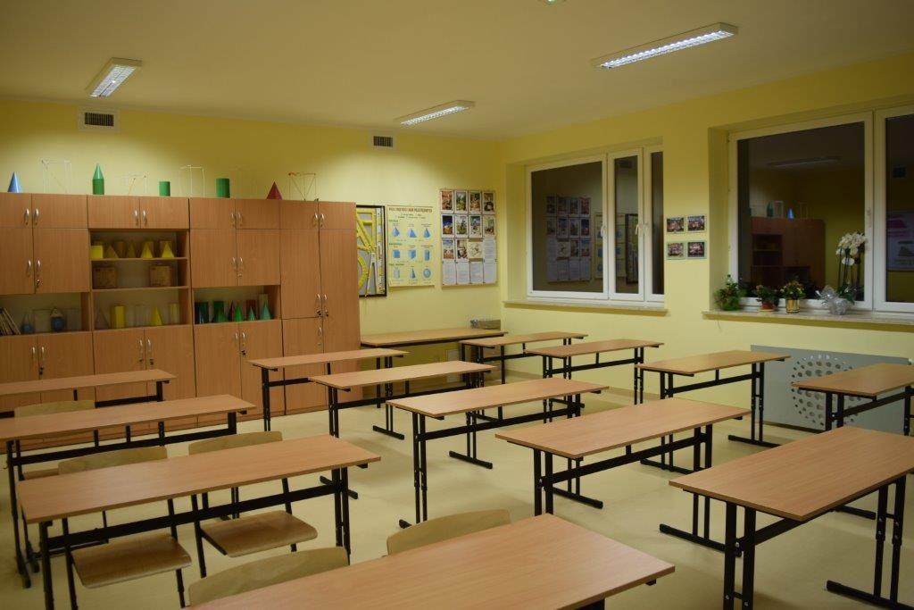 zdjęcie przedstawia wnetrze gaminetu lekcyjknego, na pierwszym planie ławki i krzesła dla uczniów